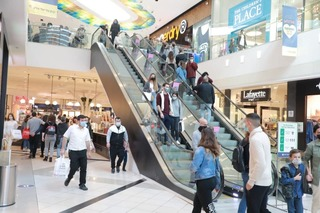 Israelis shopping at Ramat Gan mall before such sites were closed in December 2020