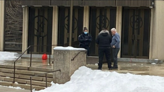 Police aprehanding the suspect in front of the Shaar Hashomayim synagogue