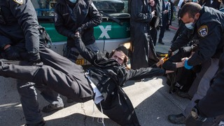 Haredi protesters clashing with police forces in Jerusalem