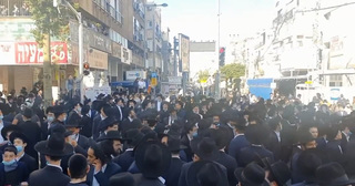 Hundreds block roads in Bnei Brak in protest of government's coronavirus measures