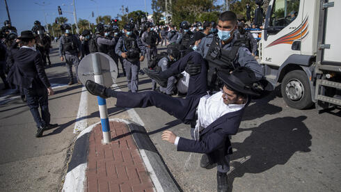 Ultra-Orthodox demonstrators clashed with Israeli police officers dispatched to close schools in Jerusalem and Ashdod that had opened in violation of coronavirus lockdown rules