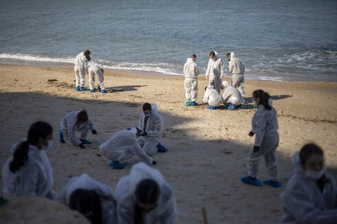 Volunteers join cleanup effort at Palmachim beach after catastrophic oil spill on Monday