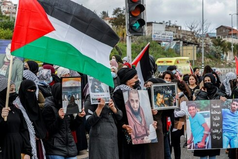 Arab Israelis have held large marches in northern Israel to call for action against organise crime and denounce police discrimination