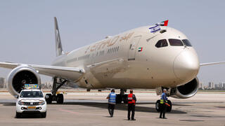 "n Etihad Airways Boeing 787-9 ""Dreamliner"" aircraft displays Israeli and Emirati flags after landing upon arrival from the United Arab Emirates (UAE) at Israel's Ben Gurion Airpor"