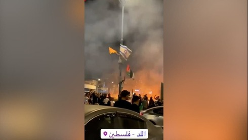 Palestinian flags hoisted in Lod after Israeli flags were removed by rioters on Monday