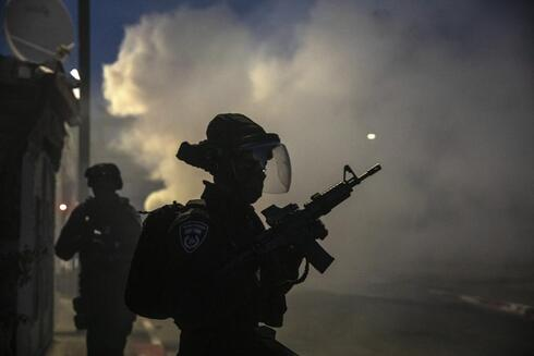 Israeli forces run during clashes with Israeli Arabs in the Israeli mixed city of Lod, Israel