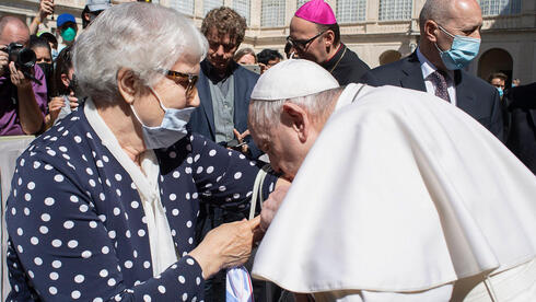 Pope Francis (R) kissing the concentration camp's inmate tattoo of Lidia Maksymowicsz