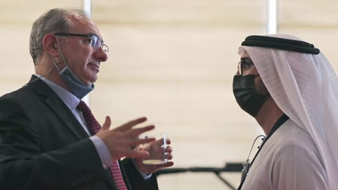 Israel's ambassador to the UAE, Eitan Na'eh (L.), talks with an Emirati official during the Global Investment Forum in Dubai