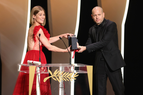 British actress Rosamund Pike awarding Nadav Lapid with the Jury Prize at the 2021 Cannes Film Festival (Photo: Getty Images)