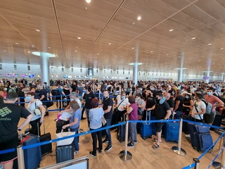 Large crowds at Ben Gurion Airport