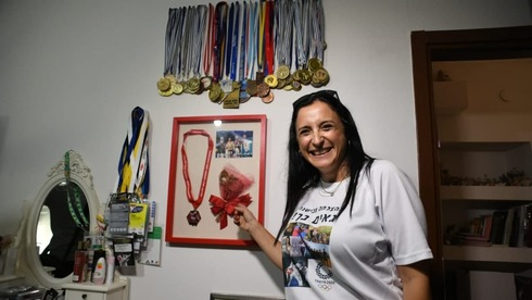 Semberg's mother, Nili, showcasing her daughter's medals (Photo: Yuval Chen)