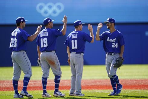 Israel's Assaf Lowengart, from right, celebrates with Ty Kelly, Danny Valencia and Benjamin Wanger