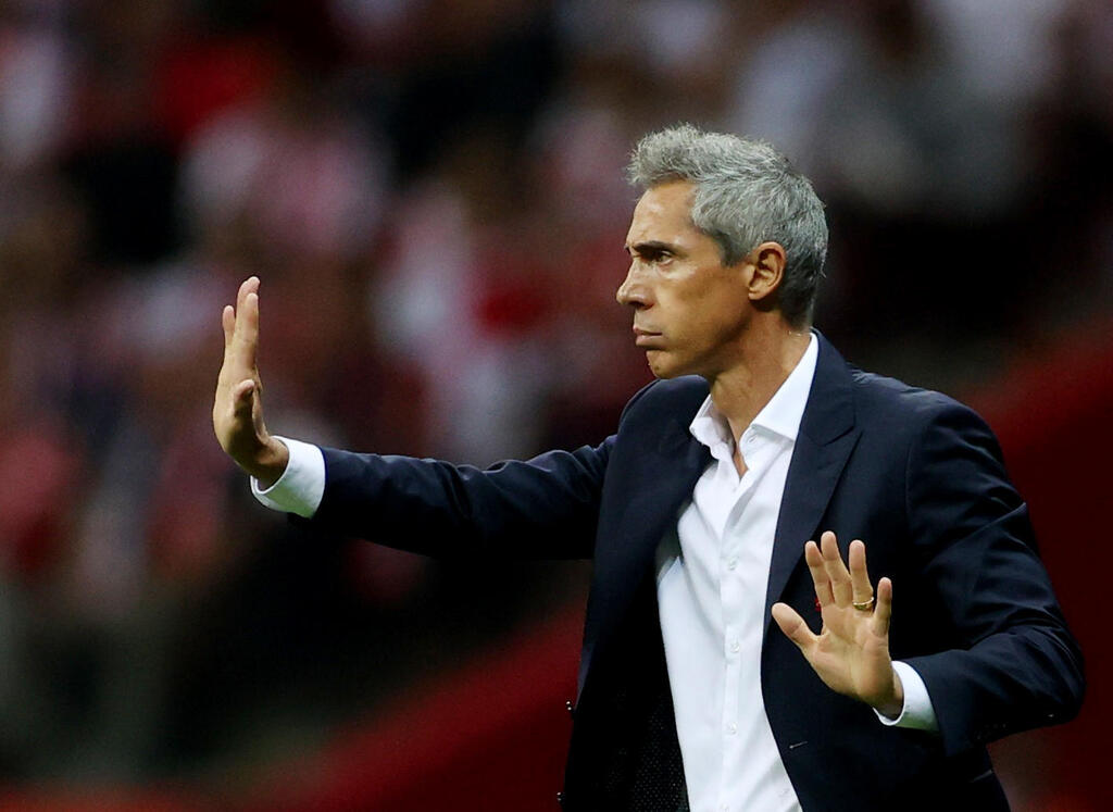 Paulo Sousa on the lines