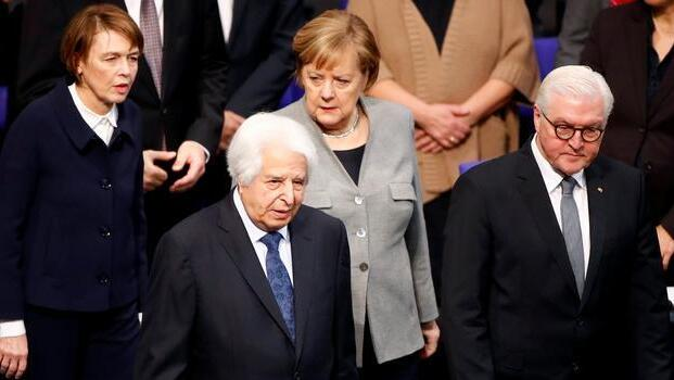 Saul Friedländer, Chancellor Angela Merkel, President Frank-Walter Steinmeier and his wife Elke Buedenbender at the commemoration service for the victims of the Nazi dictatorship at the Reichstag in 2019